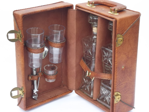 Delicieux 60s Vintage Portable Bar Locking Travel Case Fully Equipped W