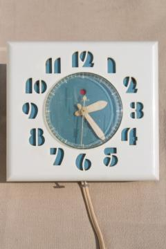 MCM vintage Telechron electric kitchen wall clock, deco numbers in retro blue & white