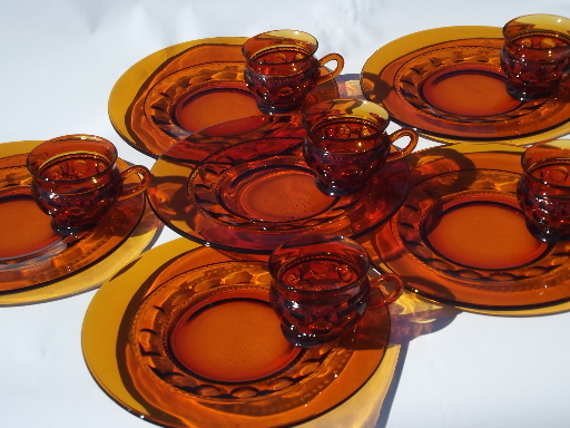 2 Pi INDIANA GLASS COMPANY Amber Crystal Kings Crown Large Slotted Plate Cup Snack Set Thumbprint 1940/'s 60/'s Excellent Condition