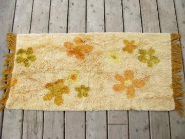 Retro vintage shag pile throw rug, 60s flower power daisies on gold