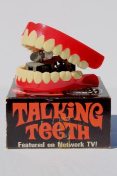 Vintage 1970 chattering teeth, wind up key plastic novelty toy retro dentures!