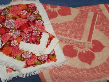 Vintage 60s 70s mod flowers bath towels, coral pink and retro daisy print!