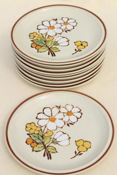 vintage Hearthside stoneware salad plates, retro Summertime daisy flowers pattern