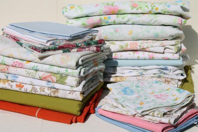 vintage bedding lot retro print bed sheets pillowcases cotton blend fabric w mod flowers - Vintage Bedding
