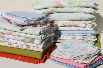 vintage bedding lot, retro print bed sheets & pillowcases, cotton blend fabric w/ mod flowers