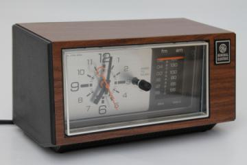 Vintage GE clock radio, bedside alarm clock w/ AM FM radio, 70s retro